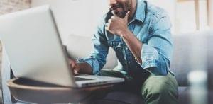 hombre trabajando con ordenador