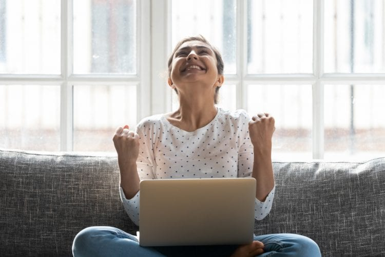 Chicas feliz frente al ordenador